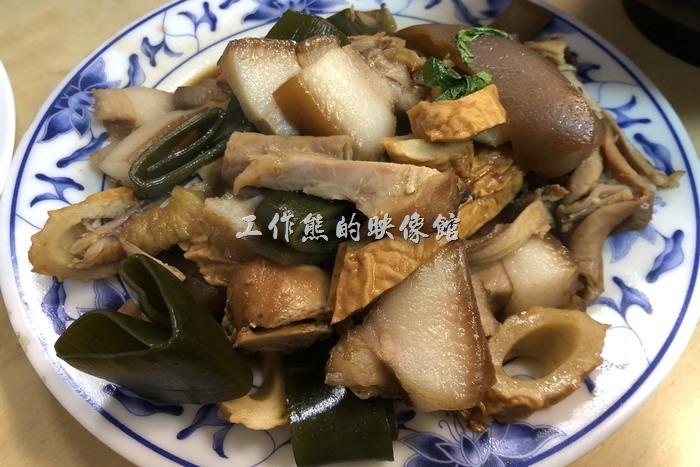 馬祖南竿-中新小吃。炒魯味,NT150。跟台灣的價年比起來,老實說這盤炒滷味很便宜,不過工作熊覺得其味道與台灣的有些差異,吃的不是很習慣,另一個原因是東西的份量太多了,所以這盤滷味只吃了一半就放棄了。