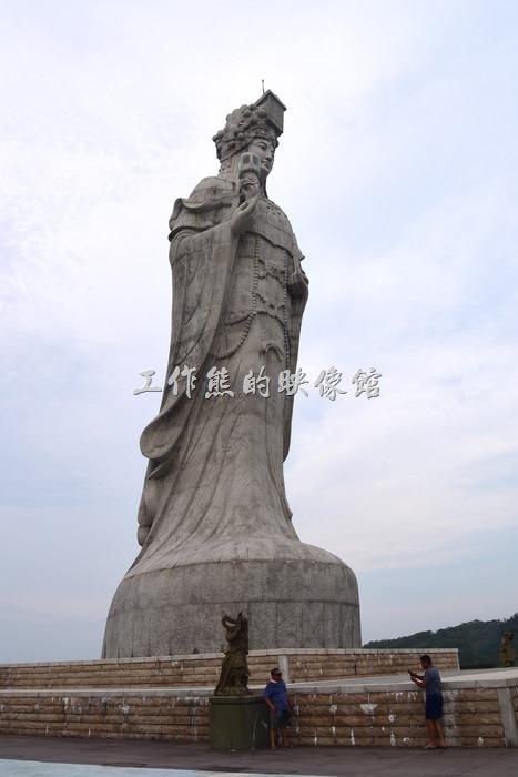 「媽祖巨神像」高29.6公尺(大約10層樓高),總共使用365塊石頭堆砌雕刻而成能,位於媽祖村新街後方「門前山」上,爬到上面的時候強風陣陣,有老人家及小孩要多注意,以免一陣風吹來不小心跌倒。