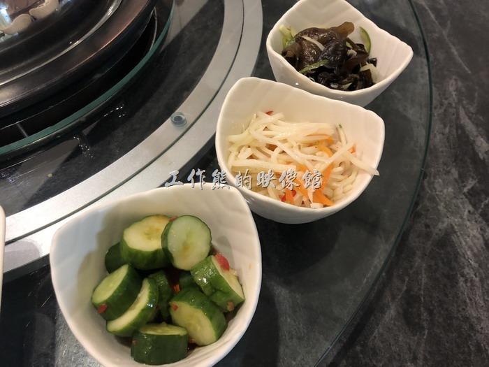 南港-漉海鮮蒸氣鍋。這幾道餐前小菜超好吃的,小黃瓜、馬鈴薯、小木耳。