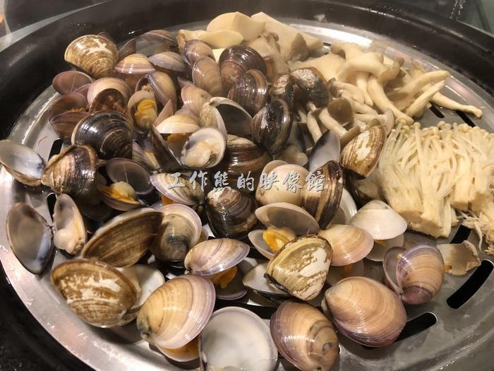 南港-漉海鮮蒸氣鍋。打開蒸氣鍋後記得先挑選那些貝殼內還有湯汁蛤蜊貝類,因為其精華就在其湯汁,菌菇類的如果覺得沒有味道,可以自己灑點胡椒及鹽巴,也是超好吃。