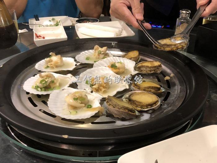 南港-漉海鮮蒸氣鍋。鮑魚蒸煮好之後,服務員還會小心的先將鮑魚的口器拔除掉,因為鮑魚的口器吃起來會硬硬,拔除之後食用才不會影響口感。