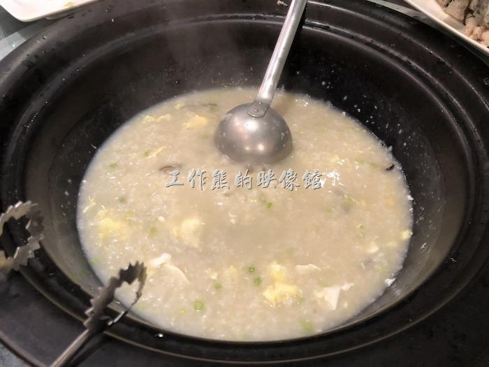 南港-漉海鮮蒸氣鍋。將米粥攪拌一下,就是一到承接所有食材精華的海鮮米粥了。工作熊個人強烈建議,因為這米粥並沒有加任何的調味料,而且內容除了最開始就放進去的干貝與香菇外,就是食材滴落所下來的精華,所以如果有沒有吃完的海鮮,不妨讓服務人員一起將這些海鮮(比如說龍蝦、魚肉)一起丟進去米粥內,可以提昇米粥的味覺層次,也可以將食材物盡其用。