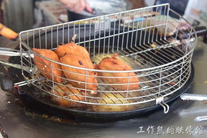 馬祖南竿-介壽獅子市場。剛油炸好的(虫弟)餅外觀看起來與蚵嗲幾乎一模樣。