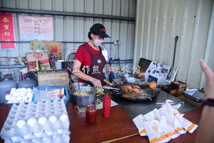 馬祖南竿-這介壽獅子臨時市場內就一家賣(虫弟)餅的,當初會想逛菜市場也是因為看網路說(虫弟)餅是馬祖的特色美食,很多人推薦來這裡吃,不過工作熊個人吃過之後就覺得還好而已,個人還是比較喜歡台灣的「蚵嗲」。