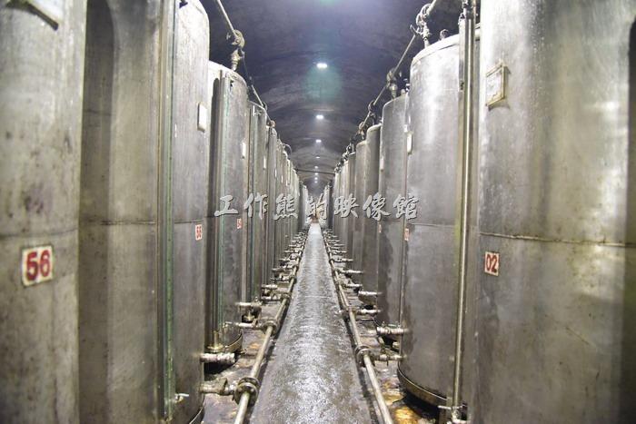 八八坑道內有92個這樣的大型鐵桶儲酒槽,每個儲酒曹可以儲存4千公升的酒量。