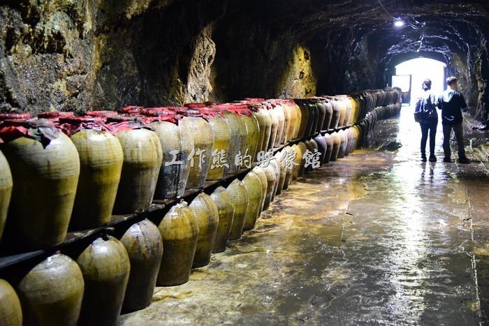 八八坑道全長大約200公尺,坑道主體由花崗岩所構成,相傳早年是先民躲避海盜的藏身山洞,不過這樣長年潮濕的洞穴真的不適合住人。