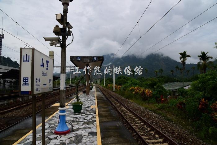 山里火車站幾乎是位於群山之間,遠看山巒雲霧裊裊,真是一座遺世獨立的車站。