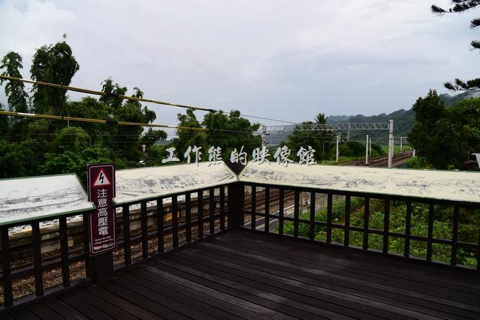 台東-山里車站外有個觀賞台,可以讓遊客欣賞來往的火車與山林美景,不過想看火車得有看準時刻。