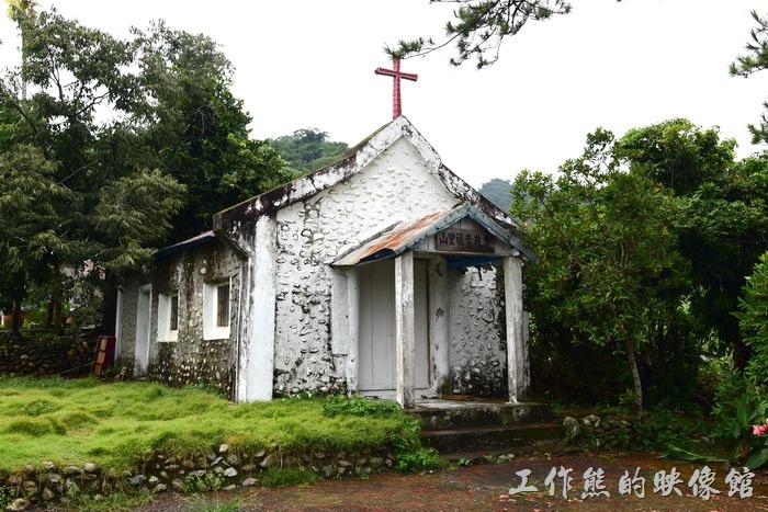 台東-山里火車站附近有一座百年歷史的老教堂(福音教會),可惜看起來好像已經沒有在使用了,據資料說現在整個山里只有剩一戶人家信奉基督教,所以教會也幾乎沒有在使用。