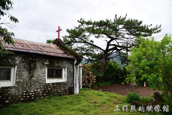 台東-山里火車站。山里福音教會教堂前有一株老松樹,還頗有意境。