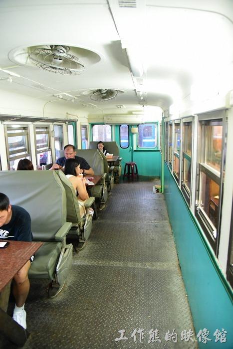 台東-悟饕池上飯包文化故事館。夏天在臺鐵車廂內用餐其實還蠻熱的,工作熊八月份來的時候只有開電風扇,沒有冷氣,也不知道有無冷氣。