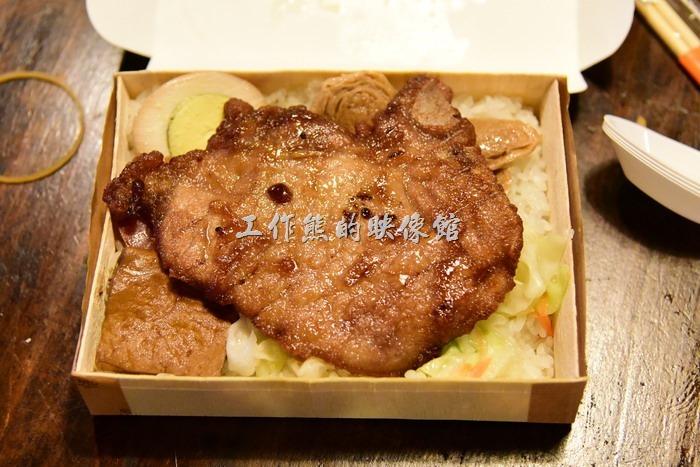 台東-悟饕池上飯包文化故事館。這是悟饕排骨飯包,NT85。這排骨吃起來過硬,而且油耗味稍重,實在沒有一般便當店排骨的美味,實在可惜。