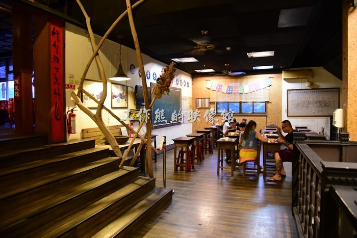 「台東悟饕池上飯包文化故事館」其實有兩層樓,二樓也可以用餐,不過可能是為了節省電費,二樓並未開冷氣,有點悶熱。