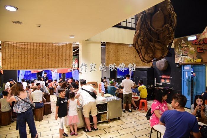 「台東悟饕池上飯包文化故事館」的室內用餐環境,假日旅客眾多,環境會比較吵雜,畢竟吃飯的費用不貴,又有冷氣可以吹。