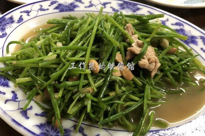 台東-特選海產。炒水蓮。老婆大人最近似乎愛上「水蓮菜」,餐桌上經常可見,這水蓮吃起來口感脆脆的,不像一般的蔬菜吃起來軟軟的,配上破布子拌炒,幾絲豬肉片,吃起來爽口不膩。