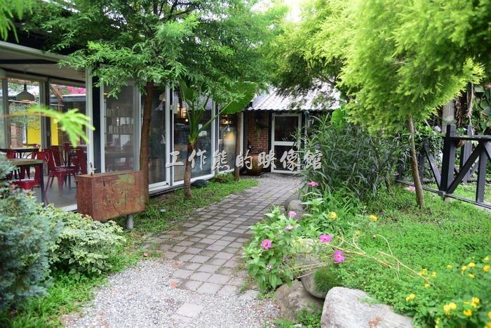 這是台東池上【21 LIFE HOUSE(好禾X舍.HowHer)】的入口,幾乎是淹沒在花草中。