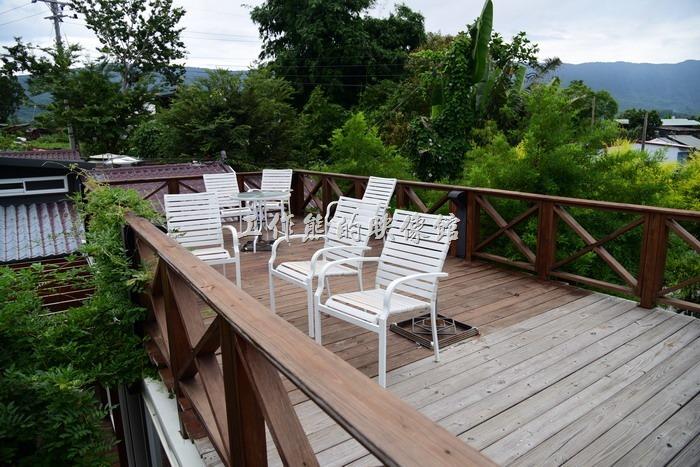 台東池上【21 LIFE HOUSE(好禾X舍.HowHer)】餐廳的樓上是一片露天的陽台,遊客可以坐在這裡喝咖啡或用餐,但要自己注意蚊蟲。