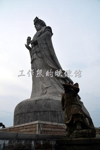親臨媽祖巨神像跟前才發現牠真的非常的巨大,顯得我們的渺小,媽祖神像旁有千里眼及順風耳隨侍在側。