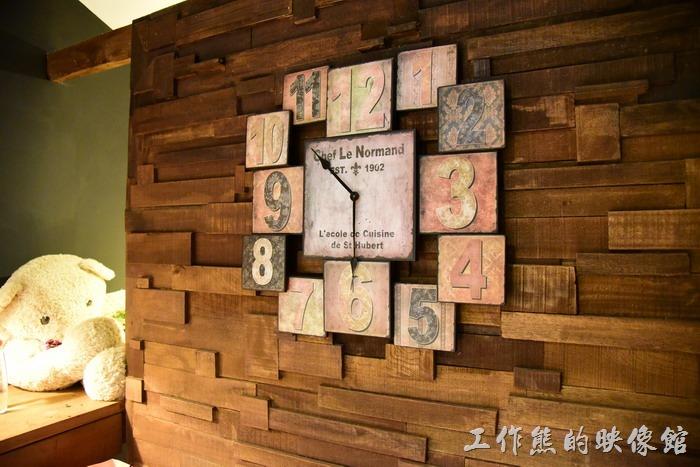 台東-21-life-house。客房內的佈置有經過規劃,採用大量的紅磚與原木,就連這個時鐘也別具特色,不過時鐘已經不會動了。