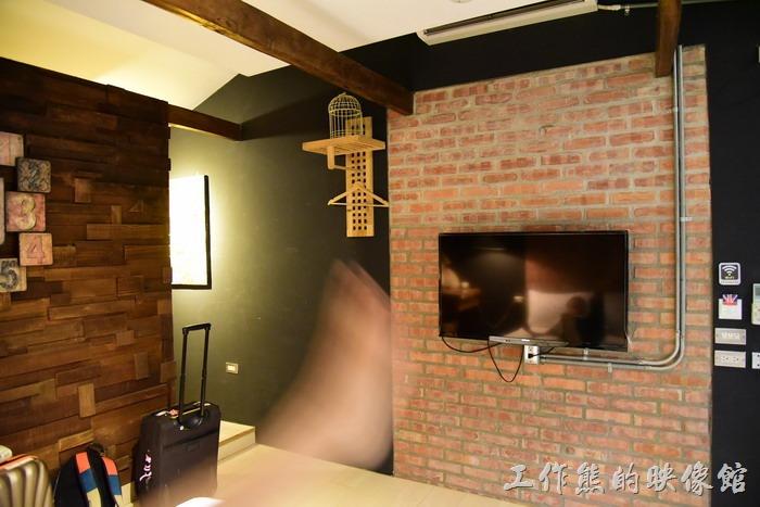 台東-21-life-house。紅磚牆上掛著電視。