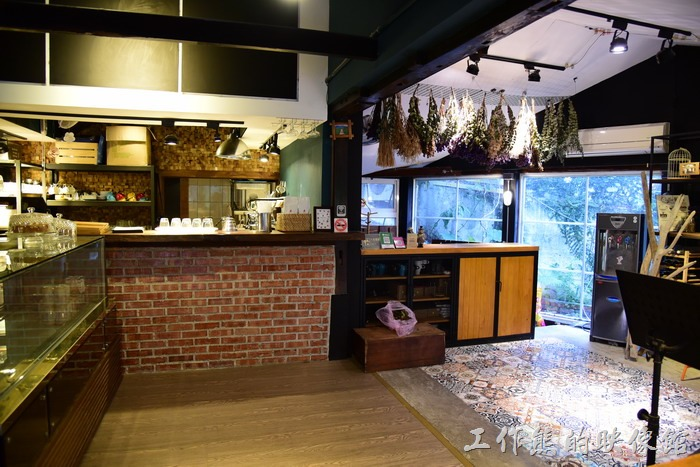 台東池上【21 LIFE HOUSE(好禾X舍.HowHer)】的櫃台,這裡也可以點餐點擊飲料。