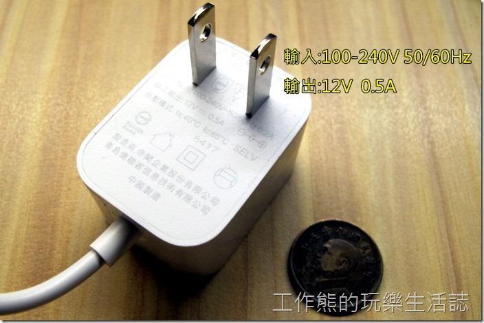 工作熊買的是台灣版本的【小米LED智慧檯燈】,所以是台灣插座,大陸買的可能會買到大陸三腳的插座,輸入電壓及頻率幾乎可適用全世界的國家(110~240V 50/60Hz),輸出為12V/0.5A。