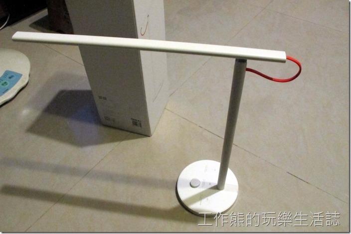 【小米LED智慧檯燈】的燈管可以做135°角度的調整。