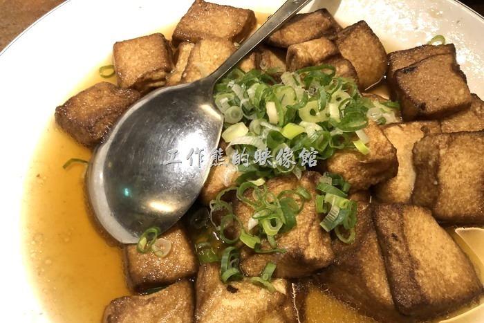 台北-好記阿美飯店。好記招牌豆腐,NT120。這個豆腐不錯,外老內嫩、老皮嫩肉的,吃起來「ㄉㄨㄞ」「ㄉㄨㄞ」的好吃!