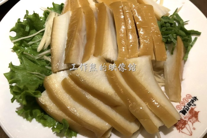 台北-好記阿美飯店。煙水沙魚肚。就是「鯊魚煙」,這算是台灣的特色美味小吃,相信在國外不太容易吃得到,不過有些人應該不太敢吃,其實只是看起來像肥肉而已,吃起來很好吃附含膠質,咬起來軟Q軟Q的!