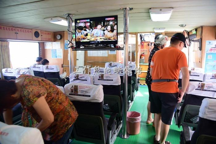 南北竿間的交通船上有電視可以看耶!其實台灣大部分的交通船幾乎都類似。