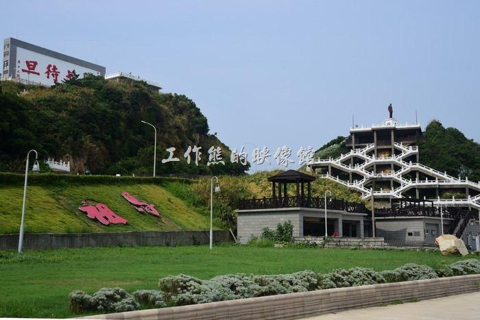 馬祖南竿-這蔣中正紀念公園的白色樓梯其實蠻有集合構圖的特色,沿著山壁呈蜂巢式樓梯交錯。
