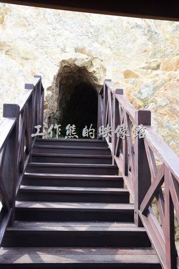 馬祖南竿-這蔣中正紀念公園下面的這個山丘也都是花崗岩,而且還被開鑿了隧道,不過裡頭有點陰暗潮濕,工作熊也僅在門口處望了一下沒有進入。