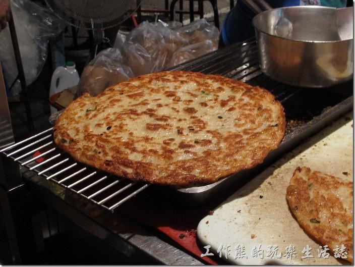 剛出爐的蔥油餅,金黃的外衣,灑上點胡椒粉,外酥內軟的口感。