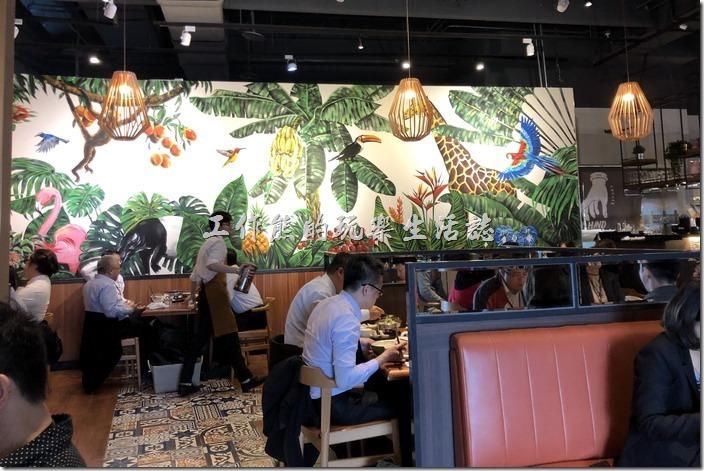 【右手餐廳】南港中信店的內部裝潢。