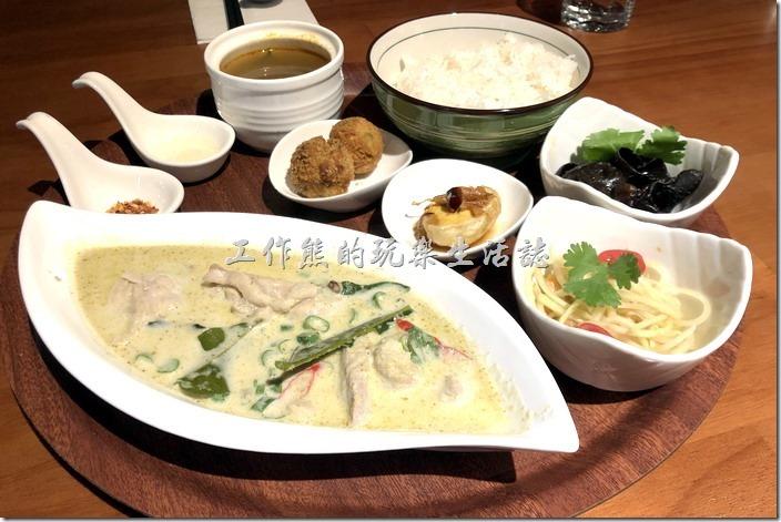 南港-右手餐廳(泰國菜)。手工綠咖哩椰汁雞,NT295。以泰國綜合辛香料製成的綠咖哩,是黃、紅、綠咖哩中香氣排名第一,加入檸檬葉及嫩雞腿肉,拌於其中的椰奶更讓口感變得滑順而有層次,而其綠咖哩醬汁後勁的辣度,更適合一口接著一口拌著飯大快朵頤。
