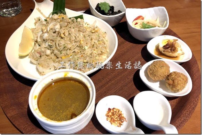 南港-右手餐廳(泰國菜)。翻滾吧!花枝芭達雅炒飯,NT280。蒜碎、蔥段爆香將香味提出,花枝與粒粒分明的茉莉香米翻滾出清鮮新滋味。
