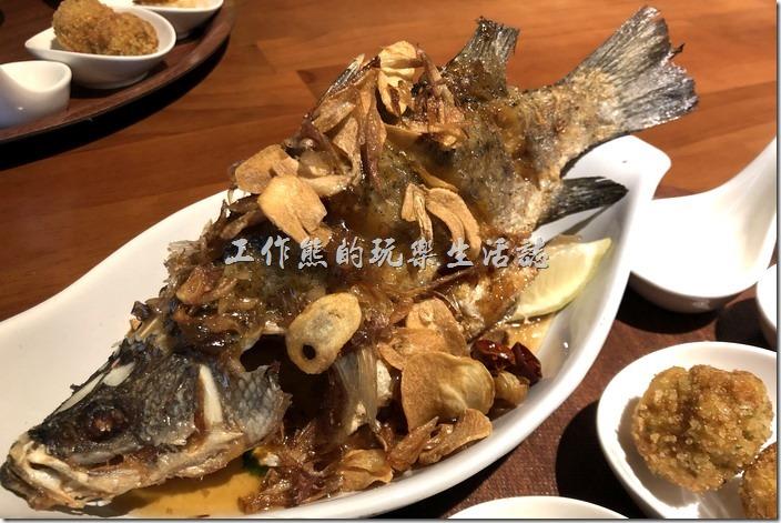南港-右手餐廳(泰國菜)。羅望子酥炸辣嘎碰,NT395。炸得酥黃的金目鱸魚,不膩口的酸子醬淋於其上,炸蒜片、紅蔥頭及乾辣椒,在唇齒間飄散清爽不纏人的鮮嫩酸甜。