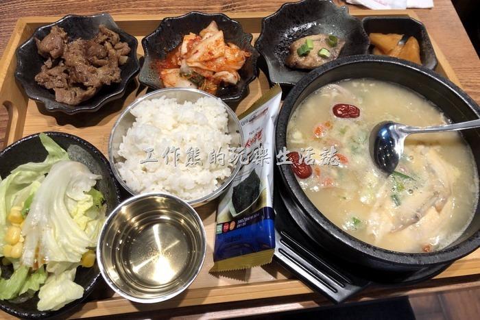 南港-明月館韓國烤肉定食。人蔘雞(半隻)定食,NT290。整組套餐定食內有半隻雞,配菜也蠻豐盛的,有四樣韓式小菜(泡菜、豬肉片、醃蘿蔔、醃魚),一份簡單的沙拉,一包韓式海苔,一碗白飯。海苔可以包米飯,包豬肉片、泡菜等任何你想包的食材,反正就是吃韓國烤肉大概的吃法。