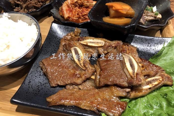 南港-明月館韓國烤肉定食。烤加州牛小排定食,NT350。看起來非常的可口好吃,不過這不是工作熊點的,只能看!