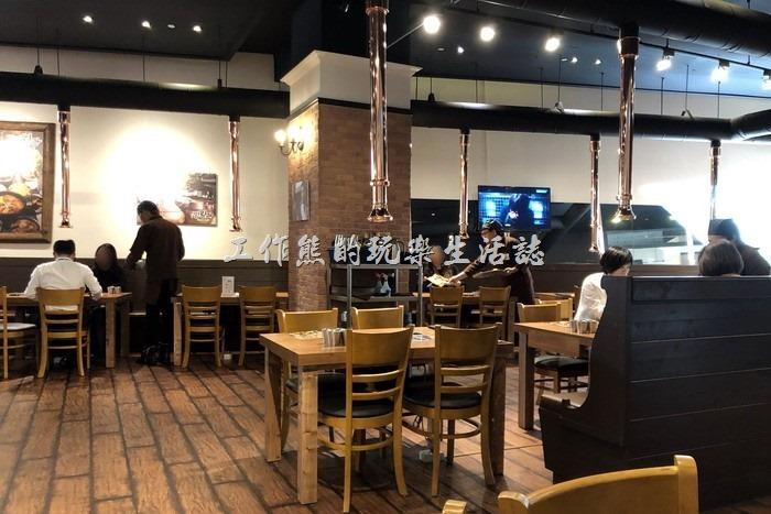 明月館焊國烤肉定食南港店的烤肉區,可以看要從天花板上垂吊一根排氣管。