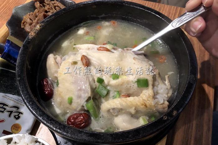 南港-明月館韓國烤肉定食。第一口人蔘雞湯喝下去的時候有濃郁到嗆鼻的人蔘味跑出來,再喝第二口就習慣了,雞肉也燉到非常的軟爛容易入口。不過據吃過的同事之後反應,似乎會出現口渴的現象,不知道裡頭是否放了太多的味精?