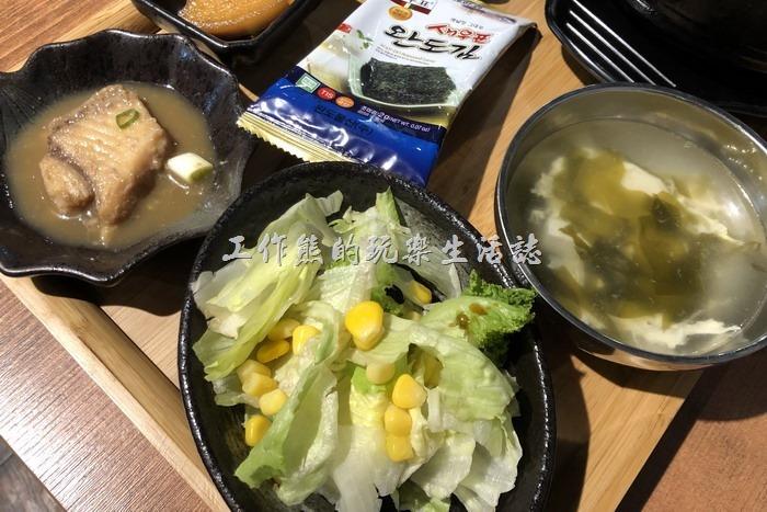 南港-明月館韓國烤肉定食。明月館的定食還有醃魚、醃蘿蔔、生菜沙拉,有些會附例湯(紫菜湯)。原本還以為會附高麗菜葉用來包泡菜與烤肉的說,結果出來的是生菜,不過生菜也不錯啦!