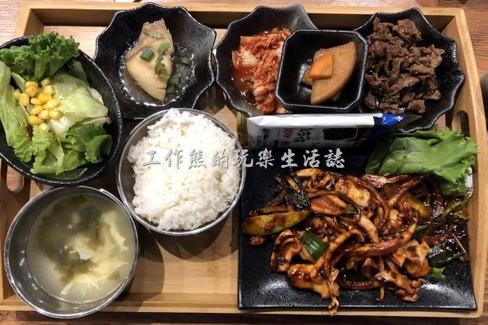 南港-明月館韓國烤肉定食。辣炒魷魚定食,NT280。有一整隻的魷魚,其他的配菜都一樣。