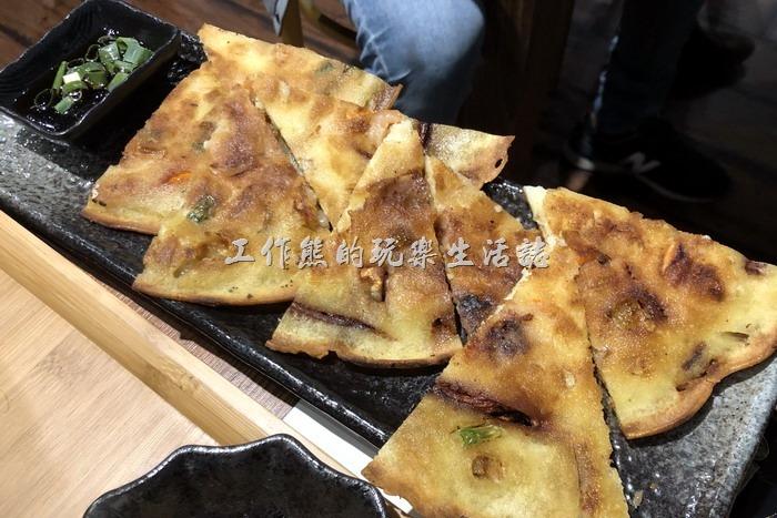 南港-明月館韓國烤肉定食。海鮮煎餅(單點),NT280。吃起來像在吃蔥油餅,餅皮煎到脆脆的,吃不太出來裡頭放了海鮮,但是看得到有小蝦子掉出來,個人不推薦這道菜,性價比差、口感也不好。