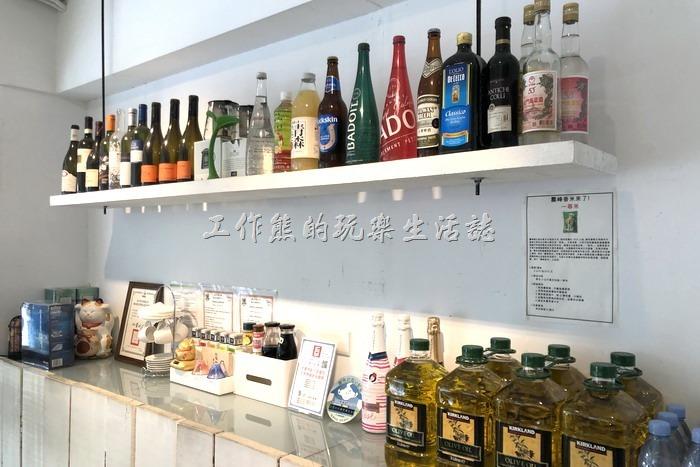 台北東湖【喜相逢麵館】的櫃台後面敗放了許多的酒瓶,不曉得自己擺放的裝飾,還是客人寄放的酒瓶。