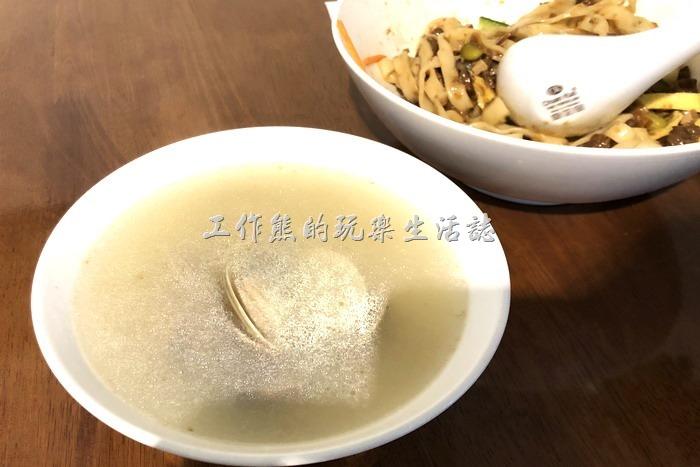 台北東湖-喜相逢麵館。乾拌面會附上一碗「雞湯蚌麵」的湯頭與蛤蜊,感覺上比較划算。