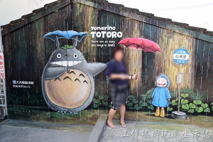 台南-大內龍貓公車站彩繪村。這個景點是一定要拍的!跟龍貓在下雨天的站排下一起等龍貓公車。