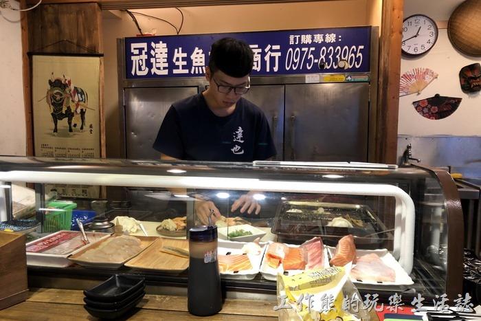 【達也濱家漁場】的老闆現在不一定會出現在店裡了,一般都是放給員工經營,工作熊當天用餐的兩個員工都非常年輕。坐在巴台上還可以欣賞廚師料理生魚片與製作炙燒的風景。