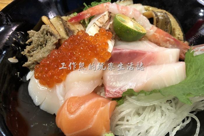 台南-達也濱家漁場。盛和海鮮丼飯,NT420。海鮮丼飯內有比目魚、鮭魚、紅魽、干貝、星饅、鮭魚卵、蟹膏、甜蝦,原本應該還有海膽的,但是當天已經賣完了,內容超豐盛。