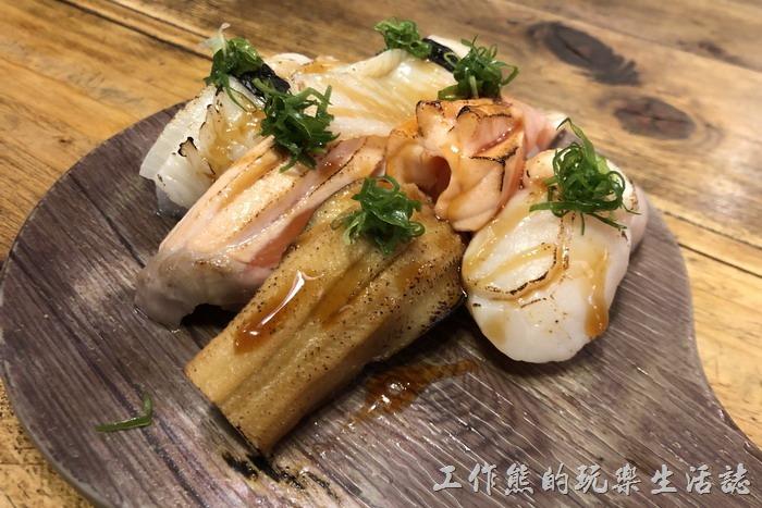 台南-達也濱家漁場。招牌炙燒握壽司,NT350。內容有星饅x1貫、鮭魚x2貫、干貝x1貫、比目魚x2貫。價錢雖然不便宜,但用料實在,不輸高檔握壽司的品質,但也不便宜就是了。